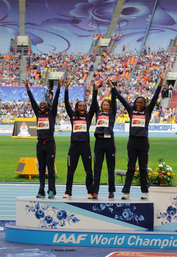 Les relayeuses françaises du 4 × 100 m sur le podium avant leur disqualification.