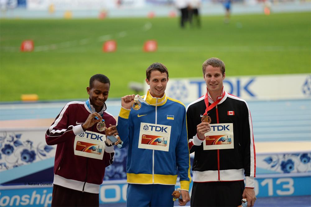 Bohdan Bondarenko, l'Ukrainien (au centre) est champion du monde Avec un bond à 2,41 m. le Qatari Mutaz Essa Barshim (2,38 m au premier essai) est deuxième. Le Canadien Derek Drouin (2,38 au deuxième essai) prend la médaille de bronze