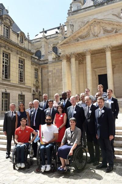 Les membres fondateurs de la candidature Paris 2024, entourés des athlètes, à la Sorbonne (crédit KMSP - Paris 2024)