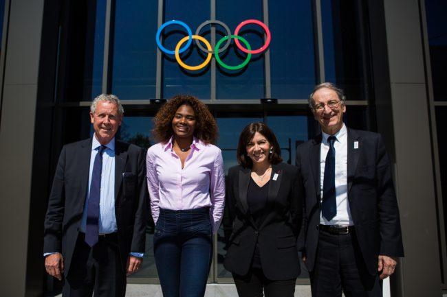 Guy Drut(gauche), membre du Comité Olympique, Muriel Hurtis(2eme gauche), Anne Hidalgo(2eme droite), Maire de la ville de Paris, et Denis Masseglia(droite) posent devant l'entrée du Musée Olympique de Lausanne, Suisse, le 19 avril 2016. AFP SERVICES/PIERRE ALBOUY