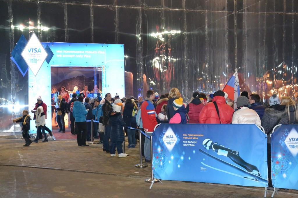 En pleine nuit, on fait encore la queue pour entrer chez Bosco, l'équipementier de l'équipe russe