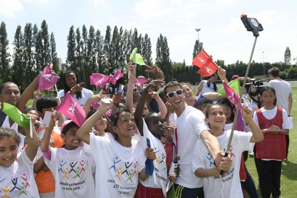 Tony Estanguet célèbre la Journée Olympique à Marville au milieu des jeunes sportifs (Crédit KMSP - Paris 2024)